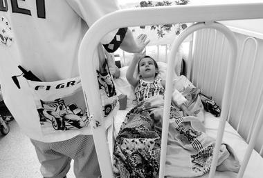 Доктор Привет развеселил ребенка. Фото В. Вяткина
