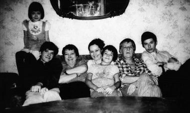 Слева направо: АлександраВолкова, ИванВолков, ОльгаВолкова, ВераВолкова (жена Николая Волкова), МитяВолков, НиколайВолков, КоляВолков. Фото изархива И.Волкова