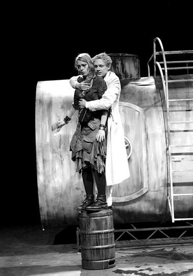 А.Тулаева (Офелия), П.Маркелов (Гамлет). Фото изархива театра