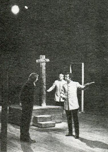 Сцена изспектакля «Сто братьев Бестужевых». Фото изархива А.Мирочника