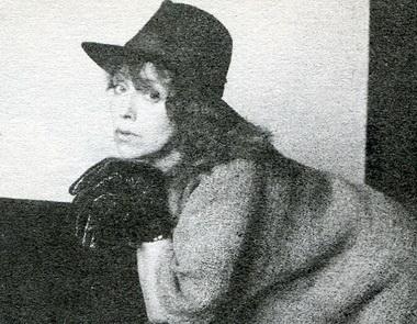 О.Новикова (Дама Плющ) иВ.Оамер (Хор). «Любовью нешутят». Театр «Приют комедианта». Фото Г. Павлова