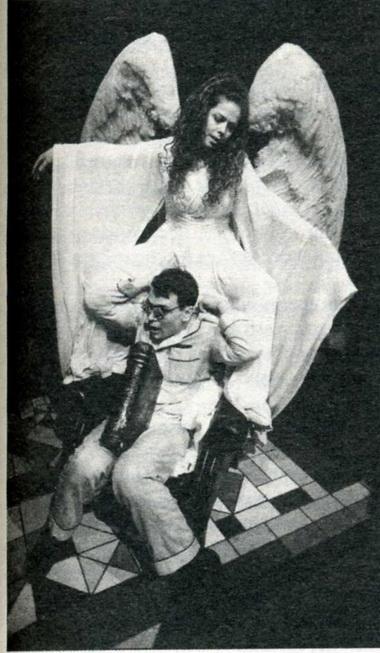 «Ангелы вАмерике». Сцена изспектакля. Финский национальный театр, Хельсинки