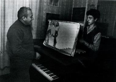 Домашний театр теней (Резо Габриадзе и его сын Леван). Фото из семейного архива