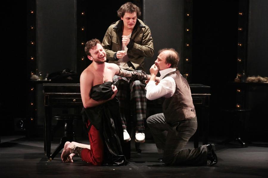 Обнаженное тело на театральной сцене